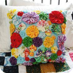Yo-yo pillow - various sized yo-yos Sewing Crafts, Sewing Projects, Diy Crafts, Sewing Toys, Diy Flowers, Fabric Flowers, Yo Yo Quilt, Patchwork Pillow, Fabric Art