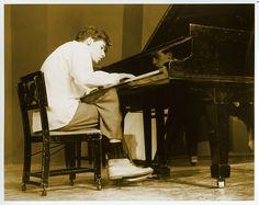 """""""C'è un uomo cieco dentro il pianoforte che suonava Glenn Gould. C'è Glenn Gould dentro questa irragionevole apatia e dentro tutto questo ci sono io, chiuso nella macchina, in attesa del finale. Un finale senza applausi registrati."""" Tratto in anteprima dal romanzo """"Le cose sbagliate"""". Il Catalogatore è, almeno a suo dire, un grande appassionato di musica e con Glen Gould ha un rapporto di amore e odio molto particolare..."""