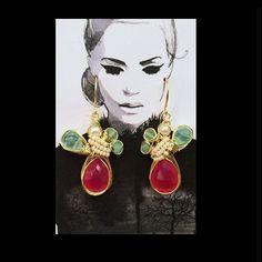 Handmade #pgaccesorios #earrings #chapadeoro #calcedonia #crisoprasa - pg_joyeriaartesanal Wire Jewelry, Jewelry Art, Earrings Handmade, Handmade Jewelry, Canvas Display, Craft Show Displays, Earring Cards, Wire Weaving, Jewelry Photography