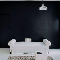 Un mur noir nuancé dans le salon
