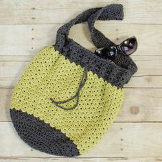 A casual and lightweight summer crochet bag pattern … perfect for a day around the town or a trip to the beach!