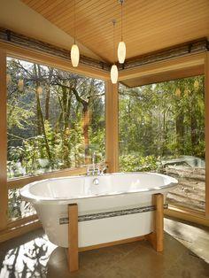 Banheira branca com suporte de madeira