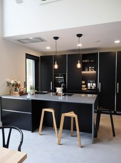 SEINÄJOEN ASUNTOMESSUT: KOHDE 33 LUMIANCE black kitchen scanfinavian Modern Kitchen Interiors, Home Decor Kitchen, New Kitchen, Kitchen Dining, Black Kitchens, Cool Kitchens, Simple House, Beautiful Kitchens, House Rooms
