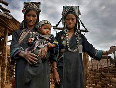 Akha family portrait taken in a small remote village in Phongsali area, Laos #lenscultureportraits #lamedumonde #laos #portraitmood #yourshotphotographer #natgeotravel #bbc_travel #southeastasia #tribes #tribe #picoftheday #humanity_shots_ #humanrace #igs_asia #everydayasia #ig_global_people #ig_portrait #portraitsfromtheworld #ig_respect #ig_masterpiece #people_infinity #people_tr #majestic_people #globe_people #travelphotography #globe_travel #passionpassport #top_portraits…