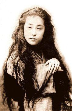 Maiko or Geisha Japanese History, Japanese Beauty, Japanese Culture, Japanese Kimono, Japanese Girl, Japanese Prints, Vintage Photographs, Vintage Photos, Kabuto Samurai