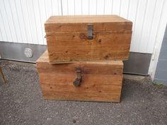 Armeijan vanhat laatikot, tukevat, patinaa pinnoissa, sisältä siistikuntoiset. Alempi on hiukan isokokoisempi, sen kanteen maalattu nimi K. Sorri.  Koot; 77 x 49 cm, korkeus 43 cm, ja 70 x 44 cm, korkeus 36 cm. MYYTY.