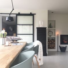 binnenkijken bij wonenbydjo #interieurinspiratie #homedeconl Home Living Room, Living Area, Scandinavian Interior, Corner Desk, Decoration, Sweet Home, New Homes, Dining Room, House Design