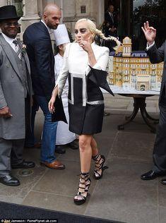 Yum yum: La cantante dio un bocado de pastel como ella salió del hotel Langham como sede e...