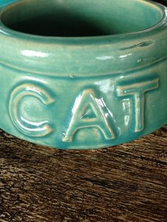 McCoy Pottery Cat Pet Bowl Green by missenpieces Hull Pottery, Roseville Pottery, Mccoy Pottery, Vintage Pottery, Pottery Vase, Vintage Planters, Pottery Making, Pet Bowls, Antique Stores
