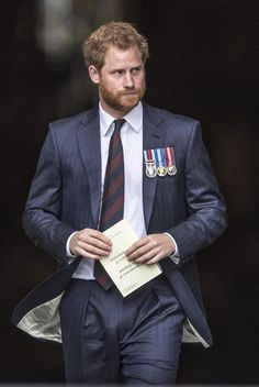 Prince Harry Meets Families Of Explosive Ordnance Disposal At Anniversary Service!: Photo Prince Harry is dapper in a blue suit while arriving for a service marking the anniversary of Explosive Ordnance Disposal (EOD) across the British Armed Forces… Prince Harry Photos, Prince Harry And Megan, Prince Henry, Harry And Meghan, Prince Charles, Diana Spencer, Prinz Harry Meghan Markle, Harry Windsor, Best Dressed Man