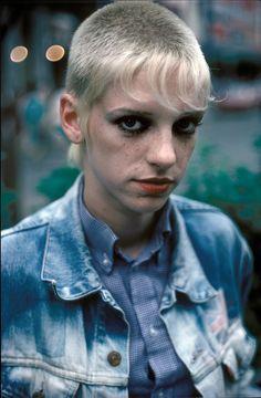 punk ha ha i had this cut circa 1997 just longer bright red in front :D 87 london youth - derek ridgers] Mode Skinhead, Chica Skinhead, Skinhead Girl, Skinhead Fashion, Skinhead Haircut, God Save The Queen, Short Hair Dont Care, Moda Punk, 1980s