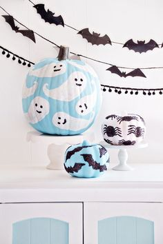 Halloween is less than ten days away. It's time for Halloween decorations. In this season, it's the ripe season for pumpkins. Pumpkin is an indispensable decoration for Halloween. It can beautify your family and Halloween table. Spooky Halloween, Halloween Mono, Halloween 2018, Halloween Pumpkins, Halloween Crafts, Halloween Decorations, Scream Halloween, Pumkin Decoration, Halloween Tipps
