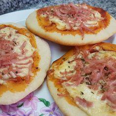 Probando alguna variante... Pizzetas con queso Gouda y jamón rallado Muffins de pizza. Para 12 pizzetas o Muffins: 300 grs de harina 000, 160 cc de agua, 2 cucharadas de aceite, 3 grs se levadura deshidratada y pizca de sal. Amasar mínimo 15 minutos y dejar descansar hasta duplicar volumen. Dividir en 12 porciones y estirar con palote. De ahí en más decidis si se convierte en pizzeta lo dejas plano o en muffin lo rellenas y cerras. #CompartiTuPlato