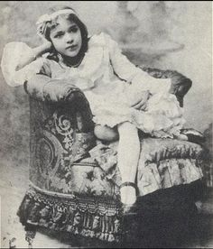 Mary Pickford,or actually Baby Gladys. I've seen this reversed, I wonder what the original was. Old Hollywood Movies, Vintage Hollywood, Classic Hollywood, Rare Photos, Vintage Photos, Edna Purviance, Buddy Rogers, Children's Films, Artist Film