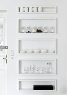 Beautiful built-in kitchen storage / 4BildCasa: Case bianche come la neve