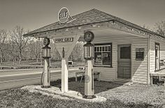 Point Gulf in Ohio which is now a family run produce stand in the summer. Photo by Jeremy Davis Abandoned Houses, Abandoned Places, Old Houses, Old Gas Pumps, Vintage Gas Pumps, Chevron Gas, Gas Service, New Year Pictures, Old Gas Stations
