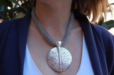 Collar lino disco metal color plata aguja grabado en relieve .Hecho a mano 100%. Estilo Mediterraneo