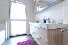 lichtdurchflutetes Badezimmer in einem Hartl Haus Kundenhaus Double Vanity, Bathroom, Open Bathroom, Carpentry, Bathing, Washroom, Full Bath, Bath, Bathrooms