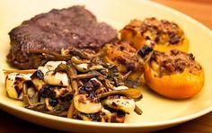 Kyyttöä ja suppilovahvero-leipäjuustopaistosta ja nauriita savuporotäytteellä.