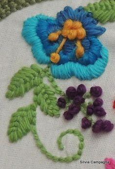 Detalle flor por Silvia Campagña Consultas: silvia.bordadomexicano@gmail.com