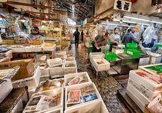 No Japão, os grandes mercados aindasão bastante comuns. Apenas em Tóquio há mais de 10 mercados atacadistas que vendem de tudo: peixe, flores, vegetais e o que mais você puder imaginar. O mais impressionante destes é oTsukiji Market, um dos maiores mercados de peixe do mundo. Por lá são comercializados mais de 2 mil produtos diariamente. Isso faz com que o espaço esteja sempre cheio de pessoas e tenha se tornado uma grande atração turística na capital do Japão. É lá também que ocorrem…