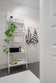 "Varför inte en steghylla i badrummet för ""lull lull""? Bathroom Ladder, Laundry Room Bathroom, Bathroom Toilets, Family Bathroom, Bathroom Renos, Bathroom Interior, Bathroom Storage, Bathrooms, Bad Inspiration"