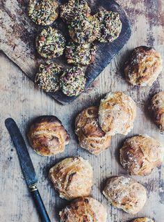 Verdens nemmeste morgenboller. To forskellige varianter – almindelige hvedeboller og glutenfrie paleoboller med nødder og kerner.