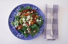 Karamellisierte Karotten mit Couscous, Babyspinat, Fetakäse und Joghurt-Minz-Soße