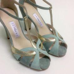 wedding shoes tacones Combinacin de colores/texturas Source by theresamartinezngwo de mujer bajos Dream Shoes, Crazy Shoes, Me Too Shoes, Pumps, Pump Shoes, Shoe Boots, Pretty Shoes, Beautiful Shoes, Bride Shoes