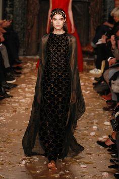Valentino se inspira na natureza da obra de Mariano Fortuny e nas artes bizantina e oriental - Vogue | Desfiles