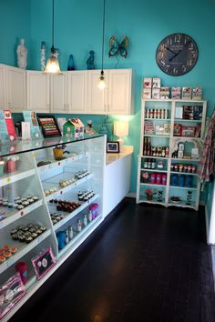 Oh, look! It's a turquoise foo dog right there on the shelf at Frosted Robin Cupcakes! Via House of Turquoise.