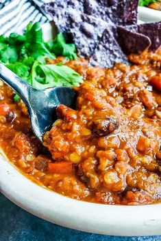This Crockpot Vegetarian Chili is so good even meat eaters will love it! Packed with beans, veggies and lentils this healthy chili is crowd pleaser! Vegetarian Chili Crock Pot, Healthy Chili, Veggie Chili, Vegetarian Recipes, Slow Cooker Chili, Warm Food, Dinner Meal, Chili Recipes, Family Meals