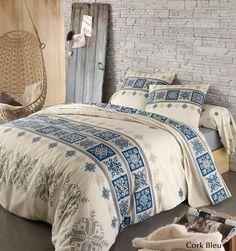 Ambiance montagne avec le modèle Cork Bleu en flanelle, 100% coton gratté 170g/m². Vous aimerez les motifs jacquards évoquant l'esprit des chalets authentiques. Douceur et cocooning avec des flocons stylisés et ce bleu qui appelle à la détente et à la zen attitude. Côté matière, vous aimerez la flanelle pour affronter l'hiver en douceur. #lingedelit