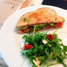 De ingrediënten voor 2 broodjes:   1 tomaat  2 sneetjes speltbrood  1/2 avocado  handje rucola  1 el rode pesto   Voor de salade   Handj...