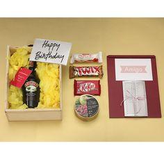 #regalosparaAmigas, especiales, llamativos, con chocolates. Excelentes ideas para #celebrar #cumpleaños. La Confitería te acompaña con los #mejoresregalos. Galletas Kit Kat, Chocolates, Happy Birthday, Coffee, Drinks, Ideas, Food, Personalized Gifts, Gift Boxes