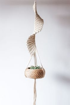 Résultat d'images pour Free Macrame Patterns Plant Hangers Janga (no pattern, inspiration) The Macrame plant hanger is one of many forms of yarn, and it regains the attention it deserves. Macrame plant hangers are a great way to provide retro quality t Macrame Design, Macrame Art, Macrame Projects, Macrame Knots, Macrame Plant Holder, Macrame Patterns, Hanging Planters, Weaving, Bliss