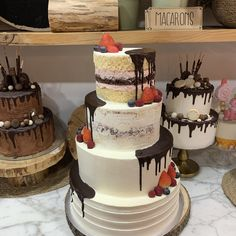 tarta naked, seminaked, lisa y rayada con dripp de chocolate y fruta Lisa, Cupcakes, Chocolate, Deco, Desserts, Food, Fondant Cakes, Lolly Cake, Candy Stations