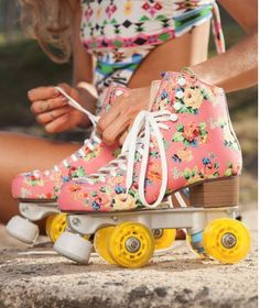 Pink Floral Roller Skates - Pesquisa Melissa Oficial Roller Joy - Rio De Jinero London New York Roller Quad, Roller Disco, Roller Skate Shoes, Roller Skating, Roller Derby Clothes, Rollers, Cute Shoes, Me Too Shoes, Mode Kawaii