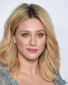 20 Easy And Stylish Middle Part Hairstyles 20 Easy And Stylish Middle Part Hairstyles Sleek Hairstyles, Down Hairstyles, Pretty Hairstyles, Braided Hairstyles, Betty Cooper, Millie Bobby Brown, Medium Hair Styles, Curly Hair Styles, Messy Wavy Hair