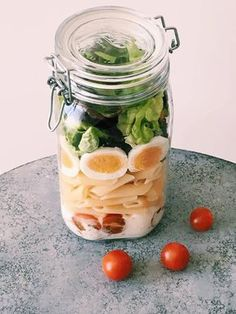 Lunchbox-Rezepte: Ein tolles Rezept zum Mitnehmen für die Mittagspause ist der Salat im Glas. Einfach Eure Lieblingszutaten ins Glas füllen und schütteln.