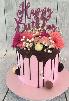 Drip cake with fresh flowers Birthday Drip Cake, Novelty Birthday Cakes, Birthday Cakes For Women, Happy Birthday, Cakes To Make, How To Make Cake, Cake Decorating Techniques, Cake Decorating Tips, Kreative Desserts