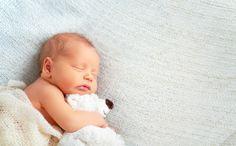 Ihr Baby schläft nachts nicht richtig durch, sondern wird ständig wach? Wird es plötzlich aktiv und möchte spielen oder weint es einfach ohne einen erkennbaren Grund? Dieses Problem ist keine Seltenheit. Hier zeigen wir Ihnen, was die verschiedenen Ursachen sein können und wie Sie herausfinden, was die Schlafstörungen Ihres Babys auslöst. Das Redaktionsteam von Heimarbeit.de wünscht Ihnen viel Spaß beim Lesen!