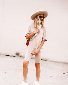 Ginger Parrish Outfit Idea #simplestyle #basicoutfits #neutraltones #earthtoneoutfits #streetstyle #monochromicstyle.