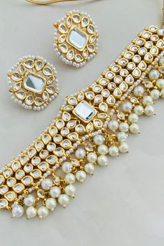 Indian Bridal Jewelry Sets, Indian Jewelry Earrings, Jewelry Design Earrings, Gold Earrings Designs, Necklace Designs, Gold Jewelry, Jewelery, Jewelry Accessories, Antique Jewellery Designs