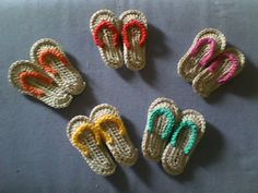 This is adorable. I might be able to crochet some out of embroidery thread! Mini flip flop embellishment pattern diagram.