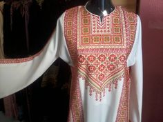 الثوب الفلسطيني الذي تم ارتداؤه في العرس الجماعي في غزة 2/4/2015 وهو تطريز ماكينات وليس يدوي