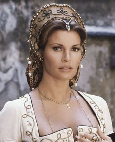 "Raquel Welch in ""The Three Musketeers"" directed by Richard Lester, 1973 photo by Terry O'Neill. Rachel Welch, Timeless Beauty, Classic Beauty, Classic Hollywood, Old Hollywood, Most Beautiful Women, Beautiful People, Divas, Actrices Hollywood"