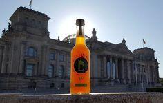 Classic Berlin & Bärbucha Kombucha Classic. Shining in front of Reichstag. Bärbucha - made in Berlin, for Berlin.  #bärbuchakombucha #kombucha #ersterberlinerkombucha #kombuchaberlin #unpasteurized #rawfood #rohkost #fermented #guthealth #lokalberlin #berlin #madeinberlin #handgemacht #probiotic #probiotisch #probiotics #deutscherkombucha #gesund #vegetarian #vegetarisch #vegan #booch #kombucharevolution #kombuchalove #kombuchatea #seriouskombucha #echterkombucha #fermentedtea #teegetränk…
