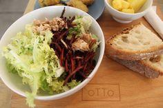 Insalata con invidia riccia, tonno, carota nera, julienne di zucchine, vinaigrette al balsamico da oTTo.