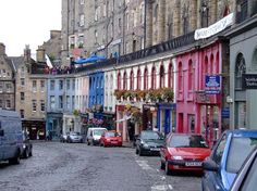 Edinburgh's oldest neighborhood, dating back to medieval times: these small streets are lined with wool shops, pubs and historical monuments.